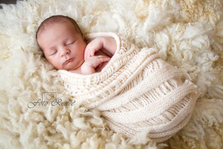 Newborn heerlijk aan het slapen in witte deken