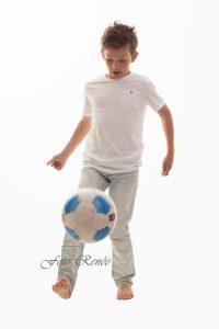 Portretfotografie jongen met voetbal 1