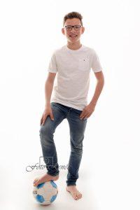 Portretfotografie jongen met voetbal 2