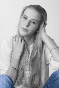 Portretfotografie, vrouw in zwart wit met accent in blauw.