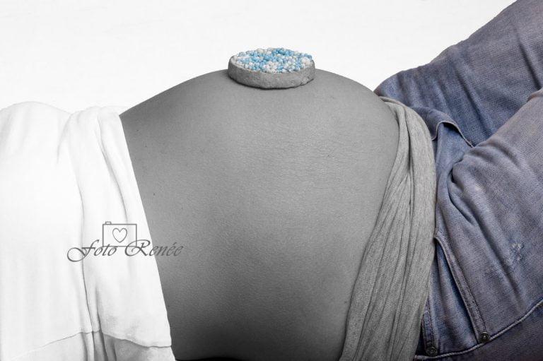 Zwangerschapsfotografie zwart-wit buik met muisjes