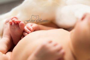 Newborn voorbeeld met voetjes uitgelicht