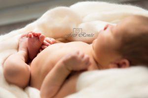 Newborn op witte deken door newborn fotograaf in Gouda