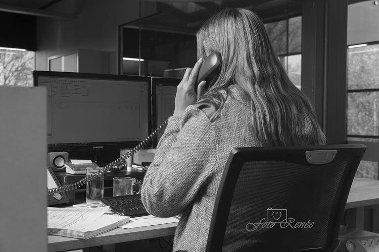 Telefoniste in zwart wit