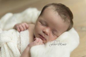newborn-meisje-witte-wol