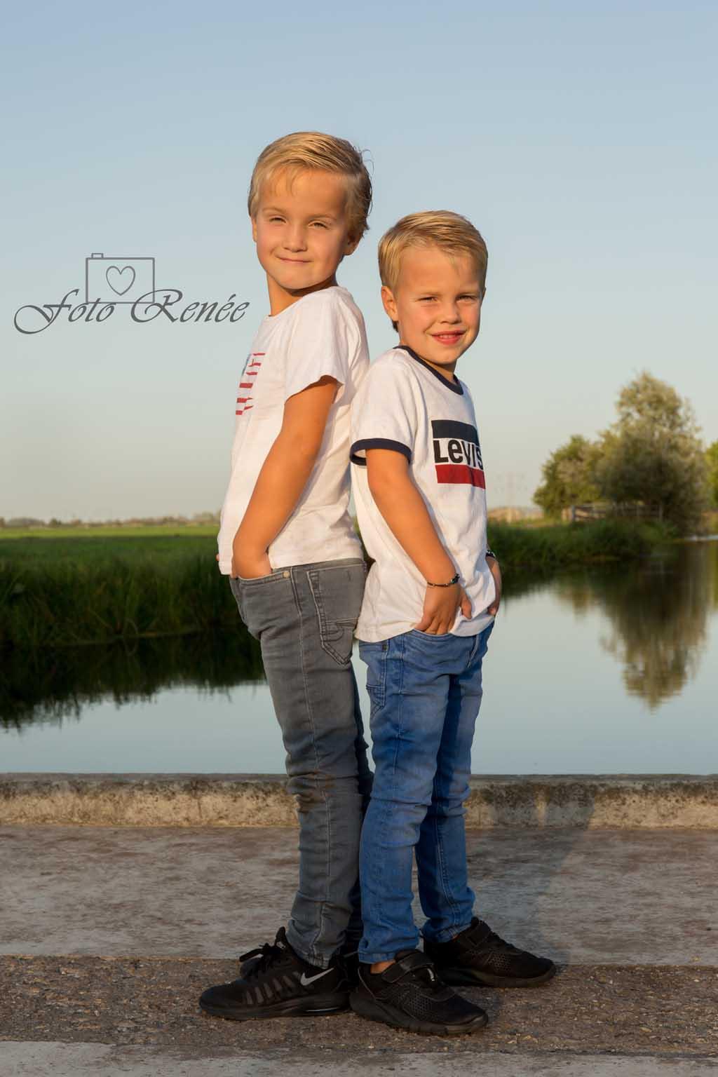 Twee stoere broertjes in het Steinse groen tijdens een leuke familieshoot