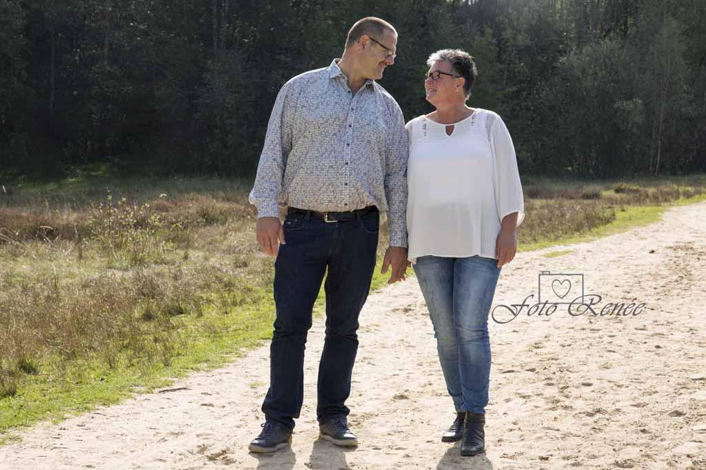 Gelukkig echtpaar op een zandpad in het bos in Rhenen