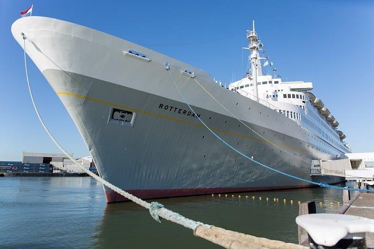SS Rotterdam voor anker in haven