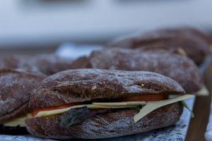 Portfolio Bruin broodje met kaas tomaat als bedrijfslunch