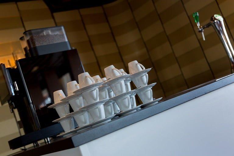 kopjes koffie opgestapeld voor een koffiezetapparaat, mama cafe