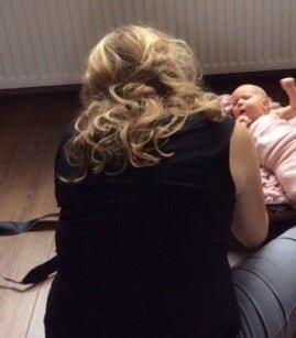 Baby fotografie. Renee fotografeert een meisje van 4 weken jong.