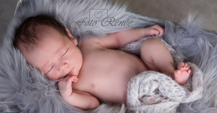 Newbornbaby slaapt en droomt mooie dromen