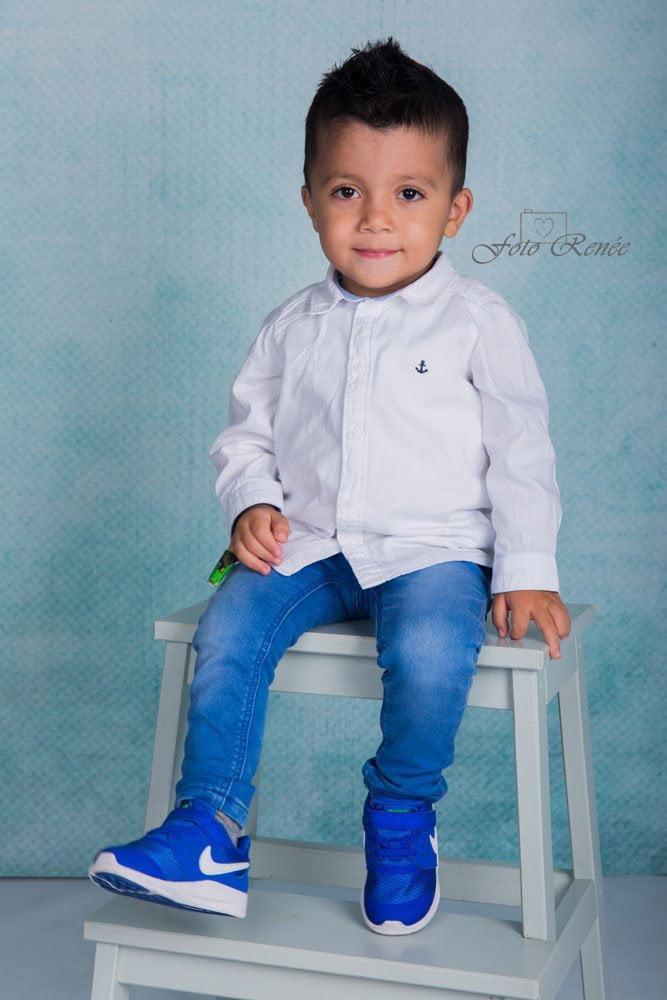 Kleine jongen tijdens schoolfotografie