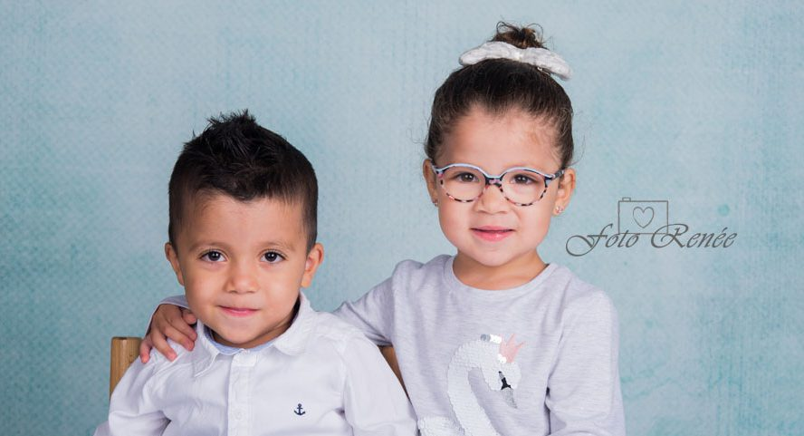 Tweeling samen op de foto tijdens schoolfotografie