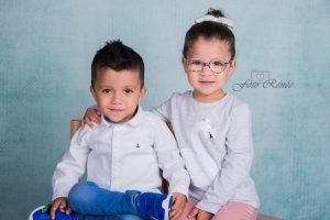 Tweeling jongen/meisje schoolfotografie