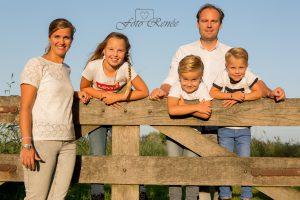Familie en portretfotografie in een park op een hek
