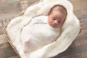 Meisje slaapt in een mandje. Newbornfotografie in Bleiswijk