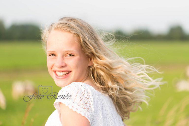 Meisje buiten in de zon