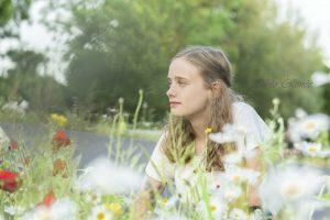 Fotoshoot buiten tussen de bloemen