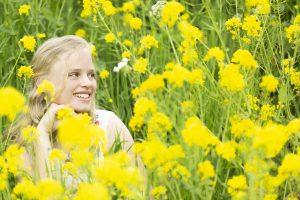 Tussen de gele bloemen