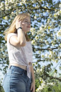 Meisje buiten voor witte bloesem