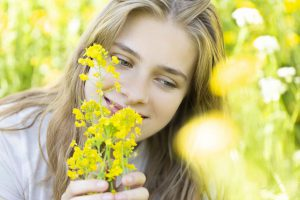 Fotoshoot buiten meisje met bloem