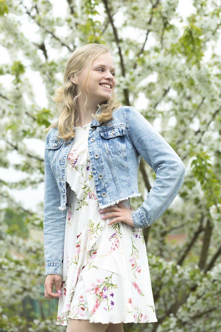 Meisje buiten bloemetjesjurk