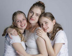 Drie zussen in wit shirt