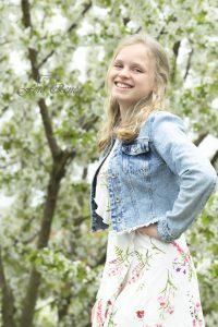 Meisje bij een bloesemboom