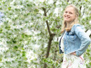 Meisje onder een bloesemboom