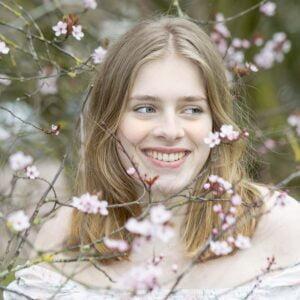 Jonge vrouw tussen bloesem